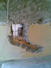 Další díra - divím se, že ty panelákové stěny ještě drží