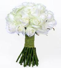 takéto pekné menšie biele kytičky pre družičky:o)