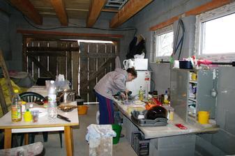 """keďže pred zalievaním podláh musí byť barák prázdny, tak sme domácu pani vysťahovali provizórne aj s kuchyňou do garáže .... Nedeľné menu: .. Hovädzia polievka z garáže, """"Garážový"""" bravčový rezeň so zemiakovou kašou a jablkový koláč á la GARAGE ... š"""