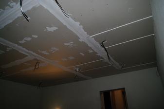 zatial jedna izba, no len čo sa bude dať behať po novej podlahe ideme na to