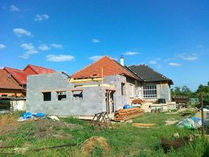 Dotiahnut mur, zasalovat veniec a mze sa dorobit krov....aky maly domcek to bol ;-)
