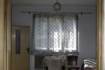 Tu by mala byt obyvacka s krbom...okno do chodby pojde prec