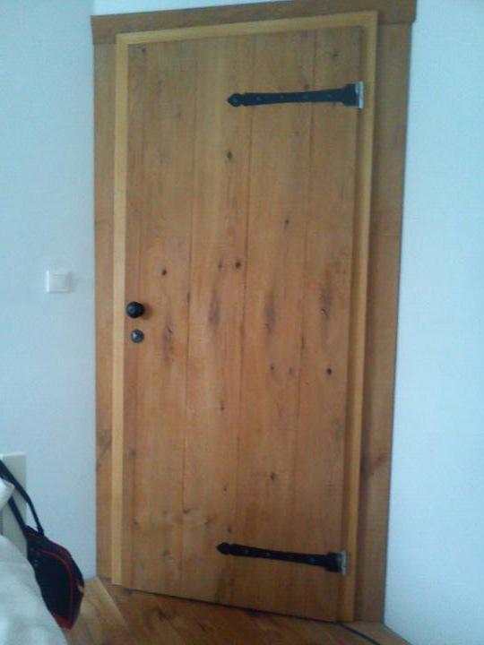 ..domcek - kovania na dverach hotovo..este panty prestriekat :/