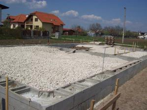 nasich 60 ton strku a kamena v zakladoch