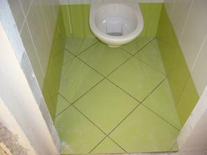 dlažba wc, v koupelně je tatáž