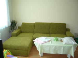 nová sedačka, díky ní mám dilema - nevím jakou barvu na zdi :-(. Zelenou už ne, tu máme všude.