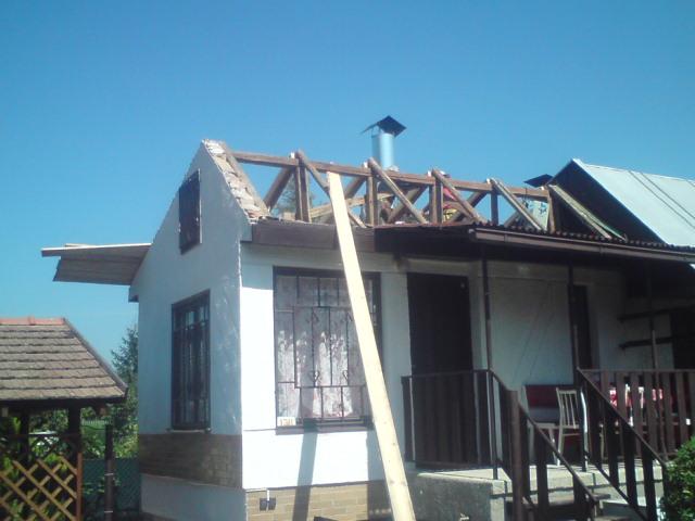 suffo - Stav tesne na začiatku rekonštrukcie strechy chatky s prístreškom a altánku