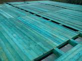 Zadebnený drevený trámový strop