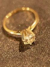moj snubny prstienok s bielym ockom-briliantom, ktory som dostala 24.12.2003...
