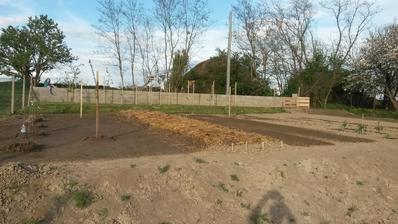 Práca v novej záhrade v plnom prúde.....