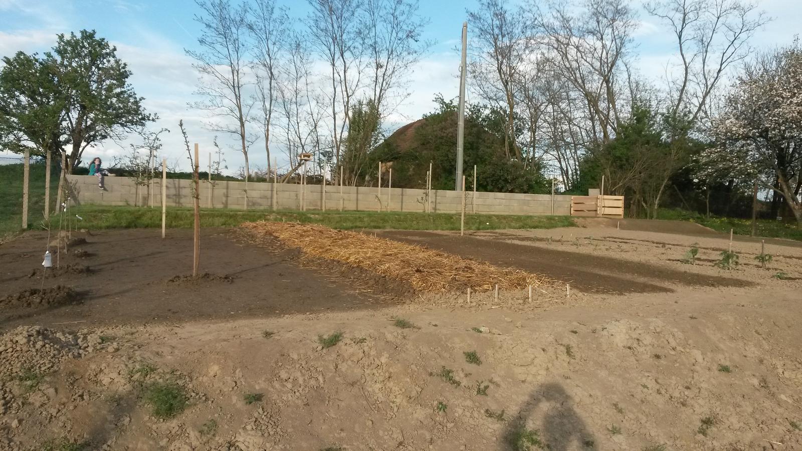 Bývame - Práca v novej záhrade v plnom prúde.....