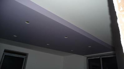 spálna, ešte na jednu stenu ide fialová tapeta