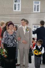 Ženich s mamimkou před kostelem