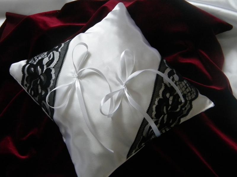 vankúšik pod obrúčky-bielo čierny - Obrázok č. 1