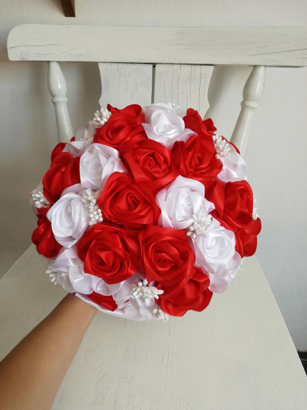 Saténové ruže-bielo červené,pošta v cene - Obrázok č. 1