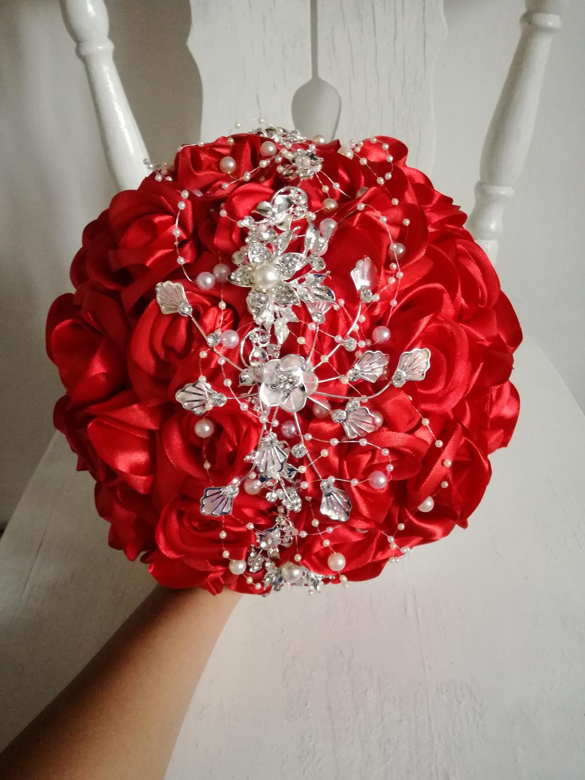 Červené ruže a šperk - Obrázok č. 1