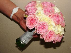kytička bude asi z ruží, ale z cyklaménových spolu s bielymi :)