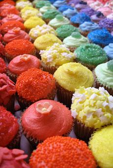 Budeme manželia :) - preeeesne takéto farebné koláčky :)