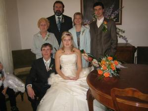 ..bratr, rodiče nevěsty a babička nevěsty...