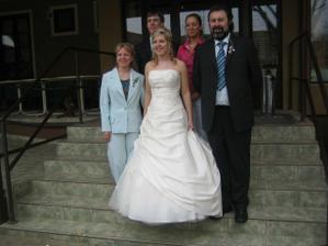 ...nevěsty rodiče a sourozenci...