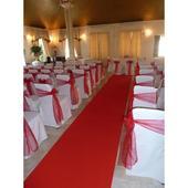 červený běhoun- koberec,