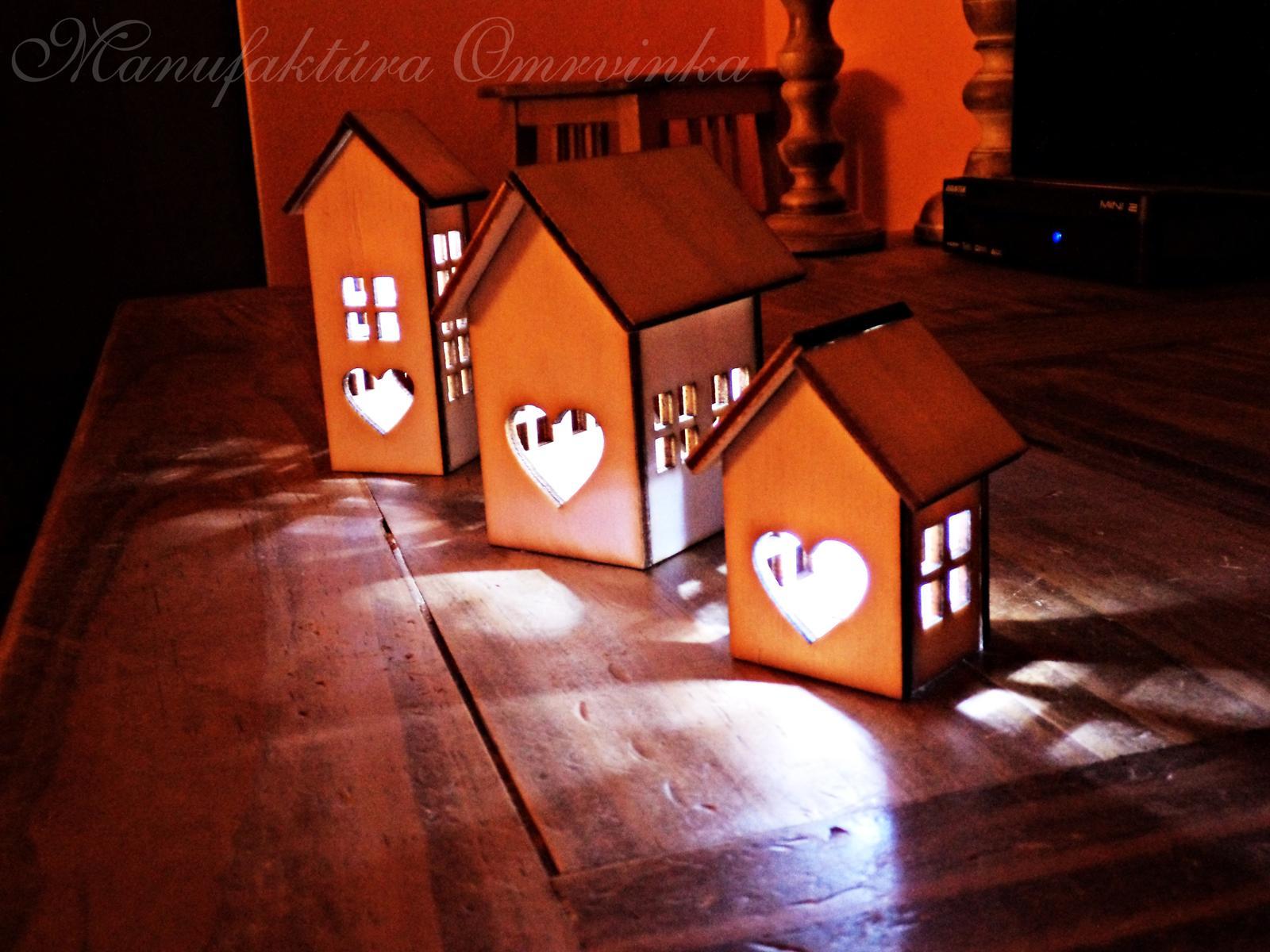 Domčeky-voľne stojace svetielka - Dajú sa použiť ku svadobnej výzdobe, len tak pre radosť ako mini svetielko na parapetu, poličku, hocikam :) Sú malé milé ako všetky moje omrvinky :) Dostupné v troch rôznych veľkostiach :)