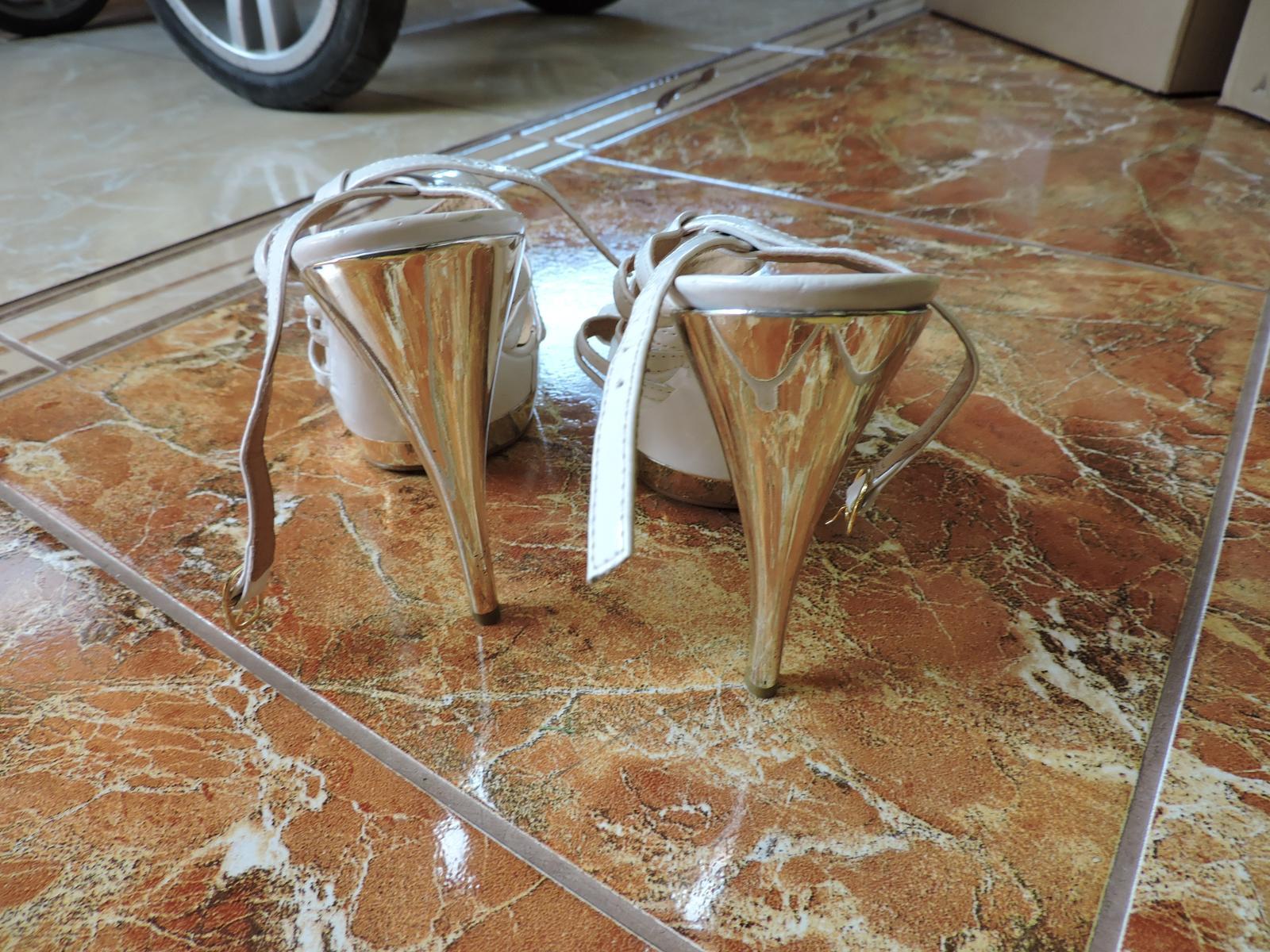 biele sandále so zlatou podrážkou - Obrázok č. 3