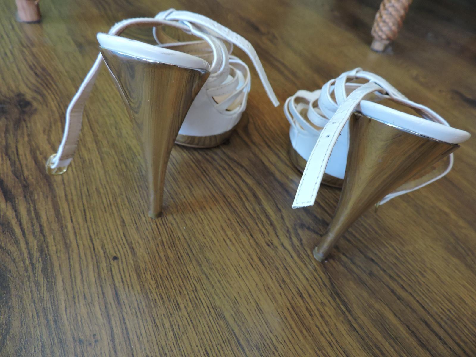 biele sandále so zlatou podrážkou - Obrázok č. 4