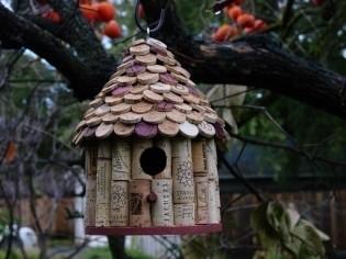 Domček v záhrade - korky z vina :)