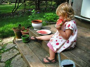Malá záhradkárka... A ešte ma aj šatočky s potlačou zeleninky :)