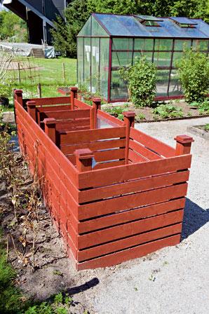 Zahradne inspiracie z netu - Kompost na postupne kompostovanie.Vzdy sa prehadzuje do dalsieho a ked je kompost v poslednom tak je uz skompostovany.