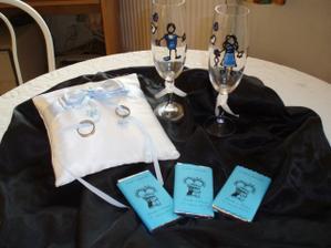 svatební skleničky, polštářek a čokoládky