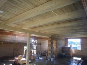 naše krásný dřevěný stropy, trámy budou přiznaný :)