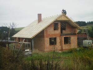 a už se dělá střecha...