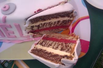 čokoládovo-vanilkový korpus a vanilkový a ostružinový krém, mńam :)