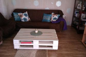 náš vlastoručně vyrobený konferenční stolek z palet:-)
