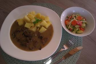 hovězí na houbách s bramborem a jarním salátkem...