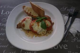 Grilované kuřecí prso zapečené s rajčaty a mozarellou s opečenou bagetkou...