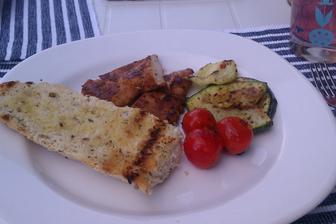 Pikantní kuřecí prsíčka,gril,zelenina a bagetka...
