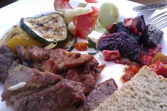grilovačka-vepřové na česneku,pikantní kuřecí,gril. zelenina,pečené papriky s česnekem  a pečená řepa na medu s tymiánu a balkánským sýrem, to byly hody:-)