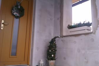 naše nedodělané schodiště a letošní vánoční výzdoba...