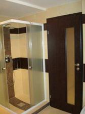 dvere do kupelne a za nimi sprchovaci kut...