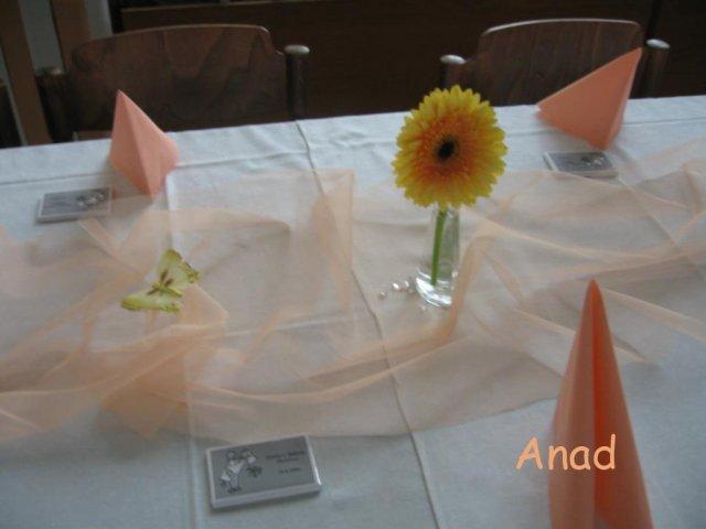Nase pripravy, vyzdoba a rozne detaili zo svadby - * TRI VAZICKY. Stol pre kamaratov. Tu trochu vidno aj darceky pre hosti - male cokoladky