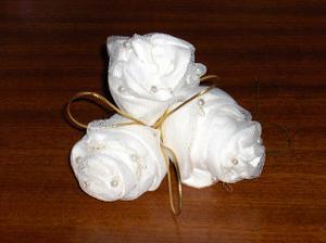 Růžičky budou na buxusových věnečkách a jsou taky do kostela. Je veliký, tak nebojte, přeplácané to nebude :o)