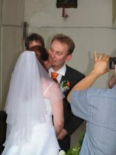 Konečně jsme dostali fotky kde je první manželský polibek.