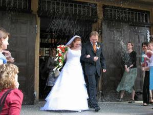 Ještě týden po svatbě bylo před kostelem plno rýže