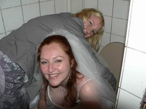 I nevěsty musí občas na záchod.... Ale s asistencí :-)