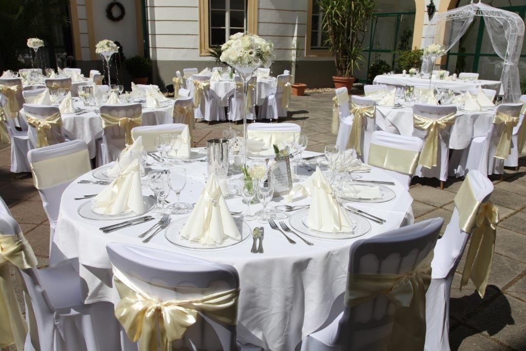 Svadba Edina a Philip na zámku Margarethen am Moos - Dekorácia svadobných stolov na nádvorí zámku
