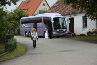 ostatní svatebčané se byli vypraveni autobusem