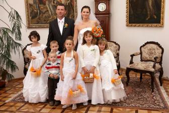 nevěsta Kačka se ženichem Jiříčkem a všemi dětičkami (Anička, Lukášek, Filípek, Natálka, Eliška, Adélka)  :-)